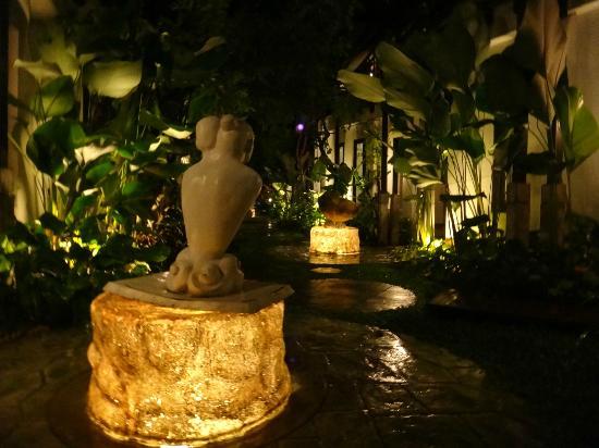 Kirikayan Boutique Resort : l'allée centrale avec les chambres sur les coté de nuit