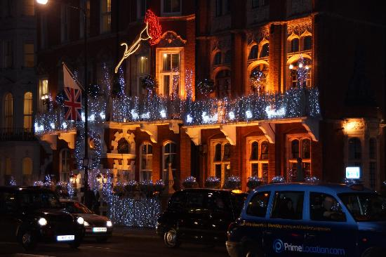 The Milestone Hotel and Residences: La façade décorée