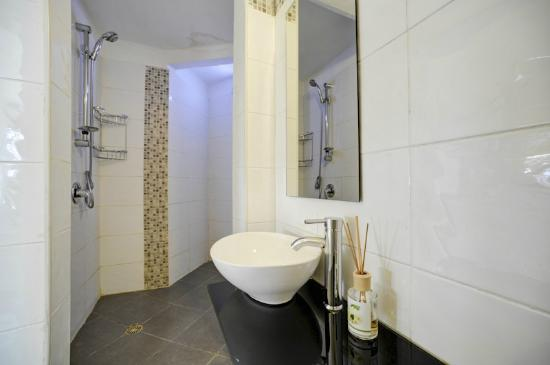 "Villa Vilina Oasis in Neve Tzedek: BathRoom ""Warbler Unit"""