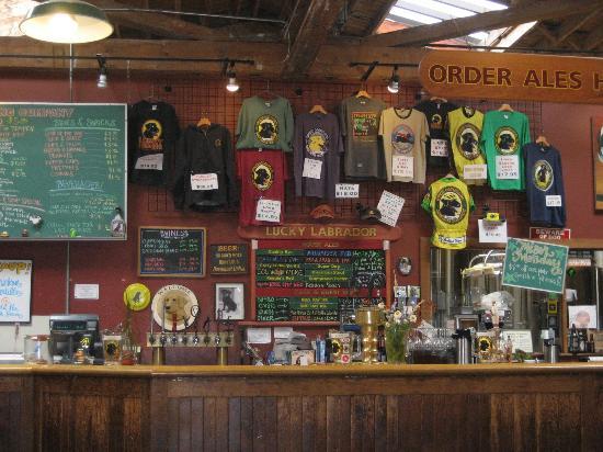 Lucky Labrador Brew Pub: le comptoir
