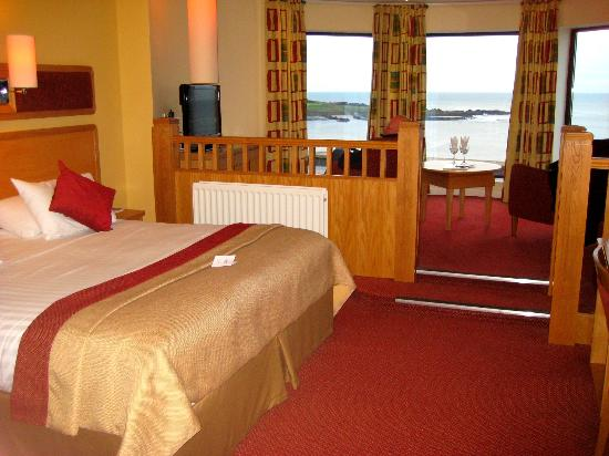 Bayview Hotel: king size bed with views over the bay