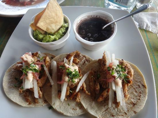 El Pez Colibri Boutique Hotel: Chicken Tacos, Guacamole, and Black Beans. Delish!