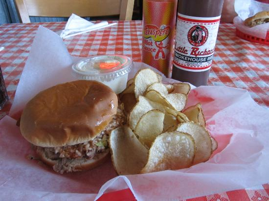Little Richards Smokehouse BBQ: BBQ Sandwich and home made chips