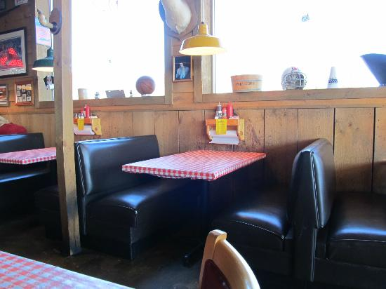 Little Richards Smokehouse BBQ: Booth Seating