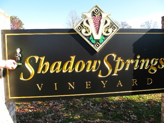Shadow Springs Vineyard: Sign at the entrance