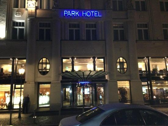 Seaside Park Hotel Leipzig : Hotelfront bei Nacht