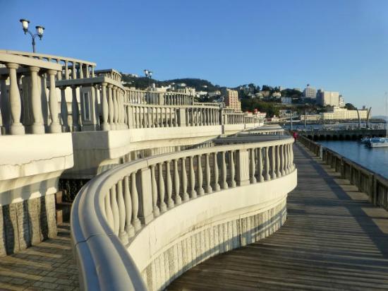 Atami Sun Beach: ヨットハーバーに面した階段状のデッキ。