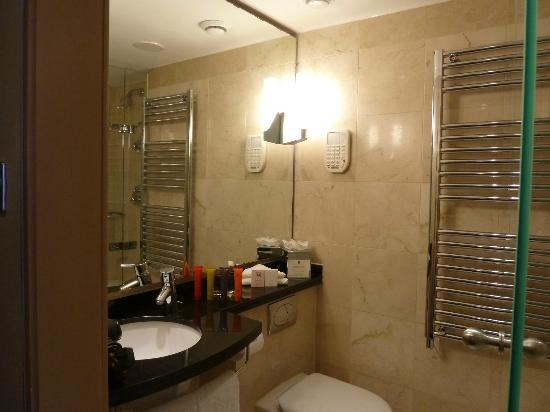 The Mandeville Hotel: Bathroom & heated towel rack