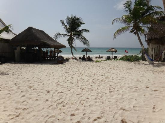 Amelie Tulum: Access to the beach, bar on the left