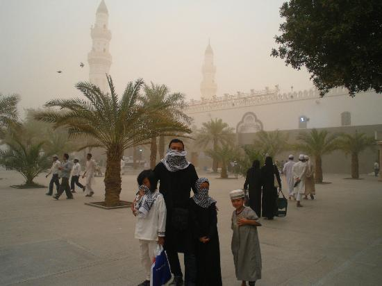 Masjid al-Qiblatain : sandstorm at masjid qiblatain