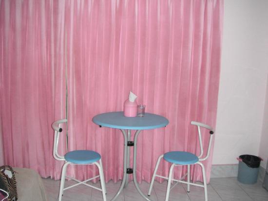 Candy House: โต๊ะทานอาหาร ด้านขอกจะเป็นระเบียงมีที่ตากเสื้อผ้าให้ด้วย