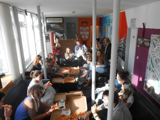 Carpe Noctem Vitae: Spur of the Moment Pizza Party in one of the common areas with all my new freinds