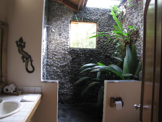 Lost Iguana Resort & Spa: Outdoor shower - Room #44