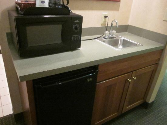 Hampton Inn Portage: Nice sized fridge, microwave, coffeemaker and sink