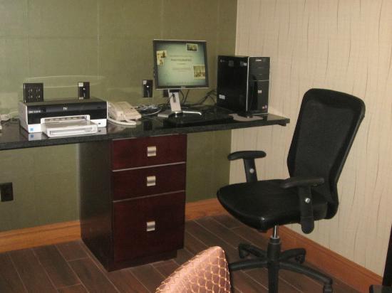 Hampton Inn Portage: Computer in lobby