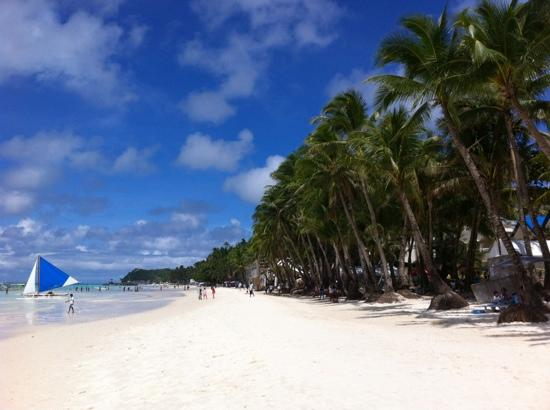 Frendz Resort & Hostel Boracay: The view from the Frendz sun beds of Boracay beach.