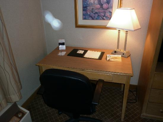 Quality Inn & Suites: Computer Desk and chair
