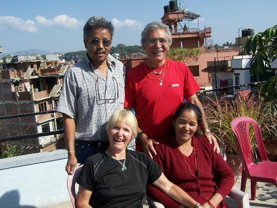 Le Rhododendron: Sur la terrasse avec Hari et Shita
