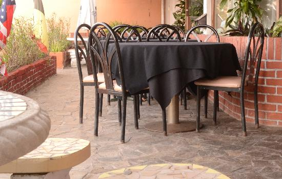 The French Place Bistro: Outdoor dining area