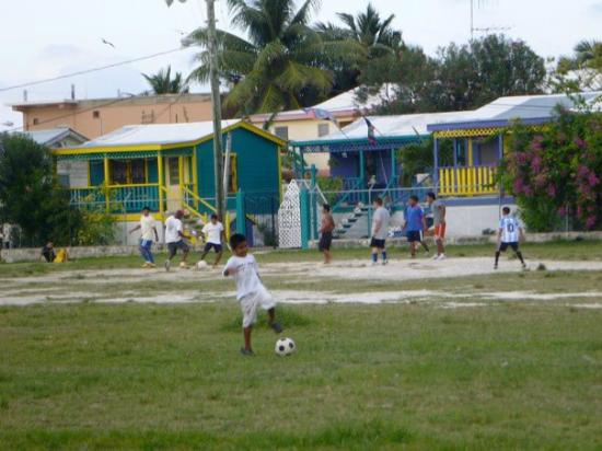 Iguana Reef Inn: soccer field near the hotel