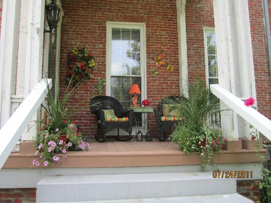 Victorian Quarters Bed and Breakfast: Side Porch