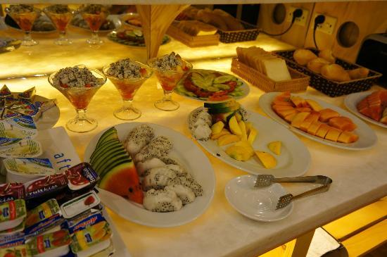 Golden Art Hotel: Buffet table, a lot of unlimited local fruits and coffee