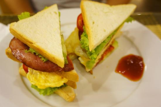 Art Trendy Hotel: BLT sandwiches