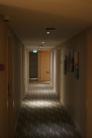 Troya Hotel: Tight corridors