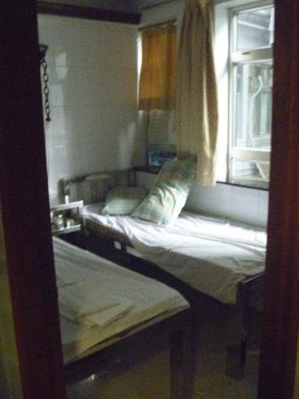 New Peking Guest House: Two bed room (photo taken from corridor)