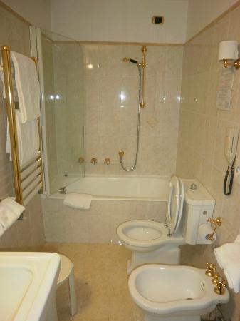 Hotel Lux: Baño cómodo, calentito