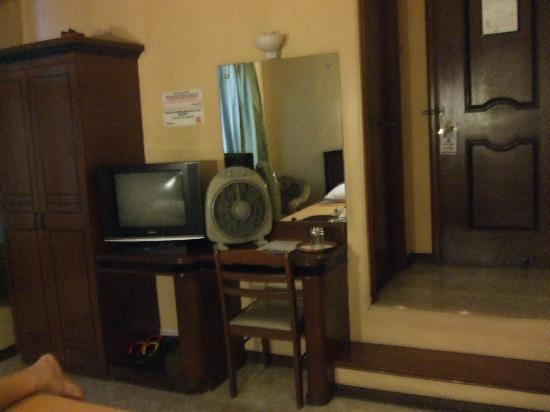 Paladin Hotel: dresser