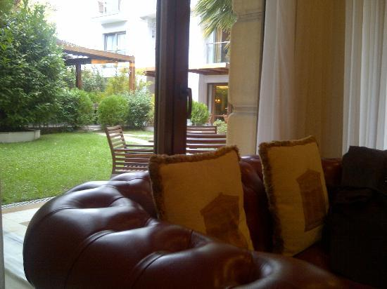 Electra Palace Athens: Lobby bar/cafe view to the gardens