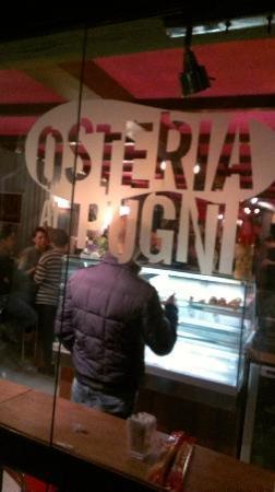 Osteria Ai pugni: Vibrant bar