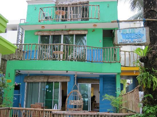 Blue Waves Beach House: Cosy place...only 5 rooms but more at MR Holidays (behind) if needed