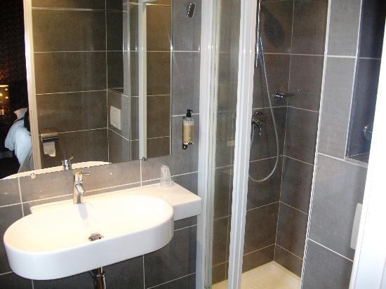Hotel du Prince Eugene: Spacious shower in en suite bathroom