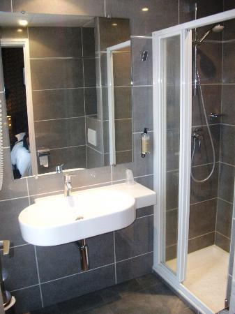 Hotel du Prince Eugene: Spacious ensuite bathroom