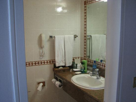 Hilton Nairobi: bathroom
