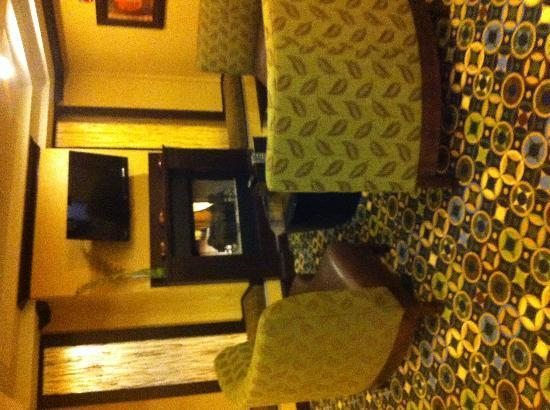 Holiday Inn Express and Suites Wytheville: Sitting area in breakfast room