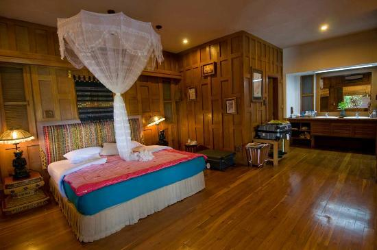 Inle Resort & Spa: Bedroom with the twin sinks