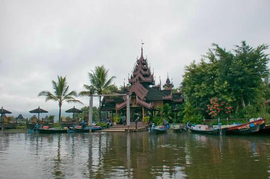 Inle Resort & Spa : Hotel seen from boat