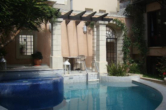Palazzo Rimondi : la piscine et la cour avec l entree au fond