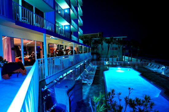 Doubletree Beach Resort by Hilton Tampa Bay / North Redington Beach: Overlooking the pool at night