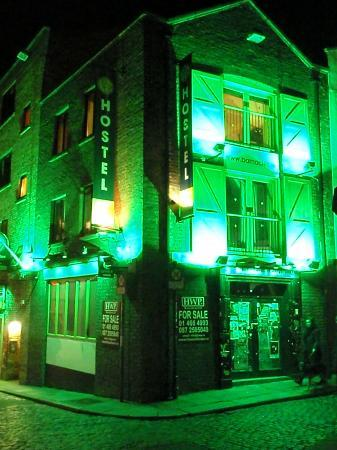 Barnacles Hostel Temple Bar: The hostel at night