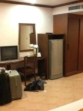 Huahin Loft Hotel: Fridge, TV etc