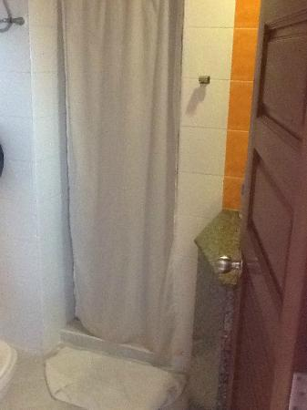 Huahin Loft Hotel: Bathroom, small but adequate
