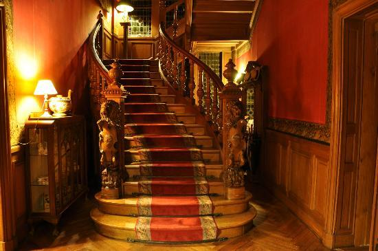 Chateau De Verrieres: Лестница вид с 1 этажа
