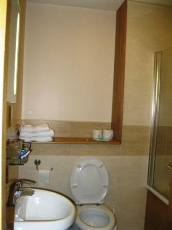 Beach Hotel: Very clean bathroom