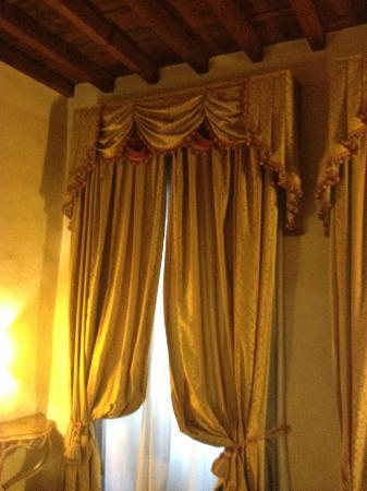 Hotel Atlantic Palace: Heavy curtains