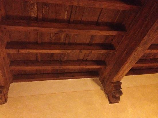Hotel Atlantic Palace: Wooden beams on ceiling