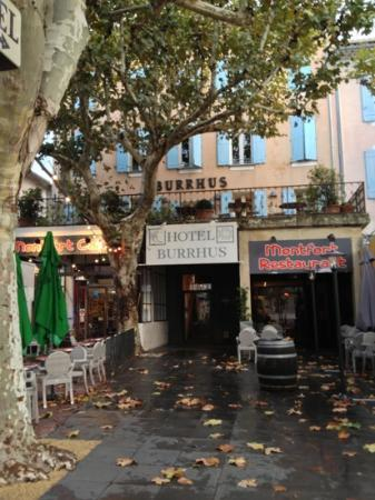 Hotel Burrhus: sitting in the shady corner of the square